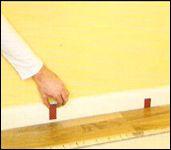 Układanie paneli podłogowych.